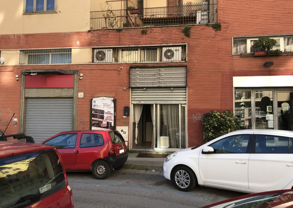 Sale Shops Napoli - ARENELLA - Ad. Gold Medal Square. Commercial room with ample light on the road Locality